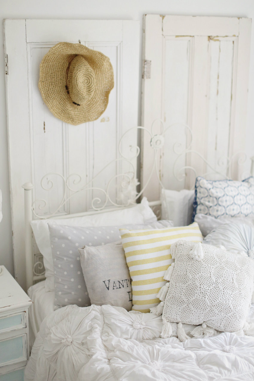 16 beach style bedroom decorating ideas for Bed styling ideas
