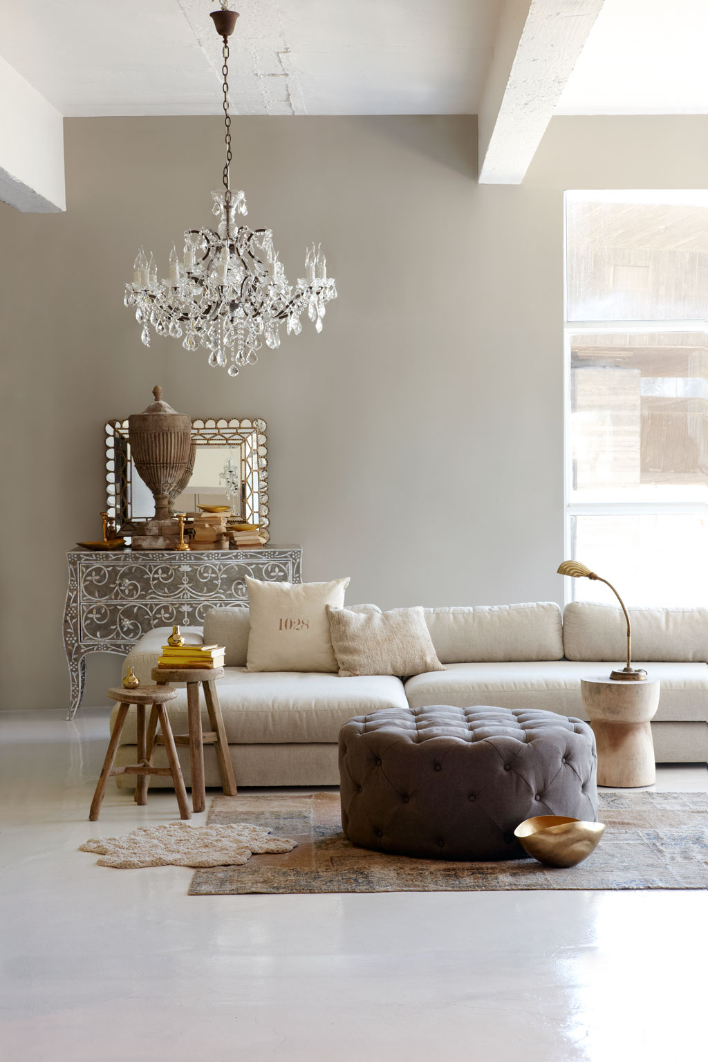 Money saving ideas to make your living room look elegant for Idee deco salon taupe