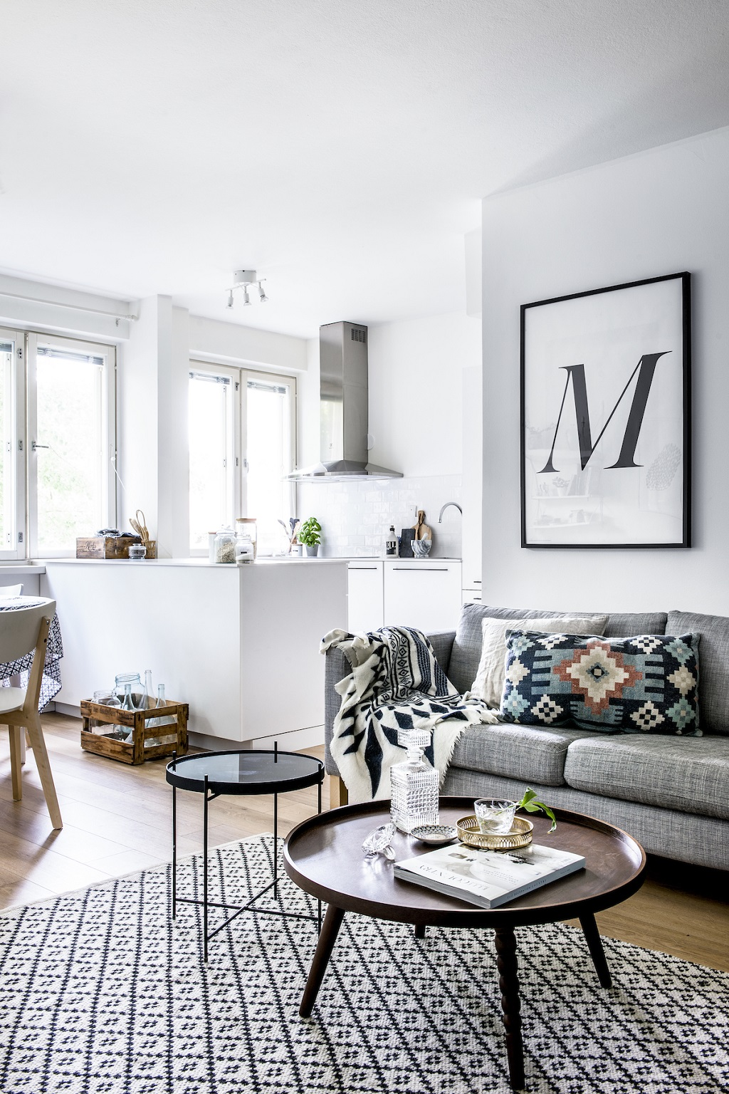 Bright nordic style apartment by laura seppanen for Table inspiration scandinave