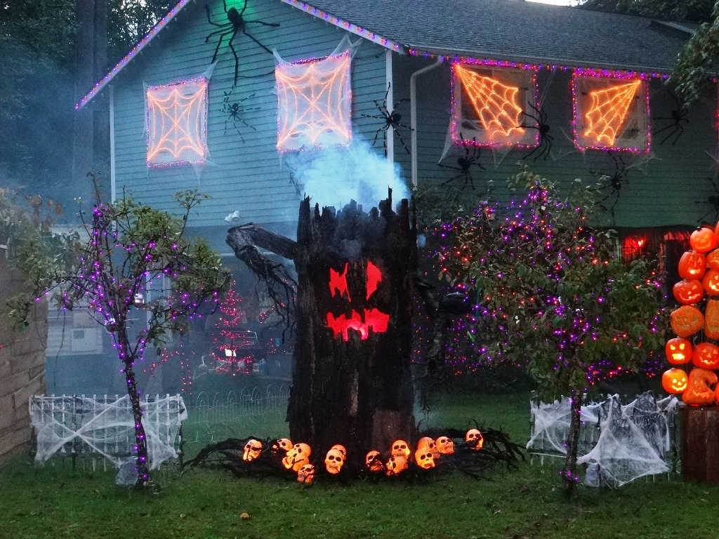 24 indoor & outdoor tree halloween decorations ideas
