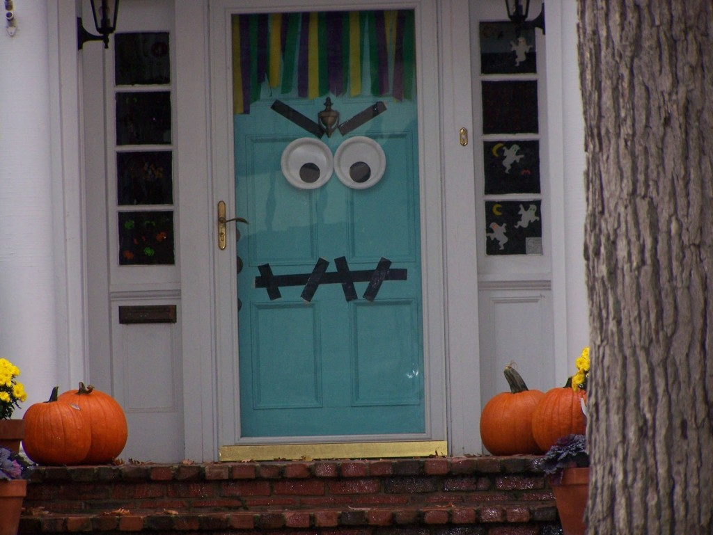 31 ideas halloween decorations door for warm welcome for Deco exterieur halloween