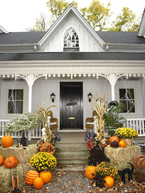 Cute halloween front porch decorations to greet your guests for Deco exterieur halloween