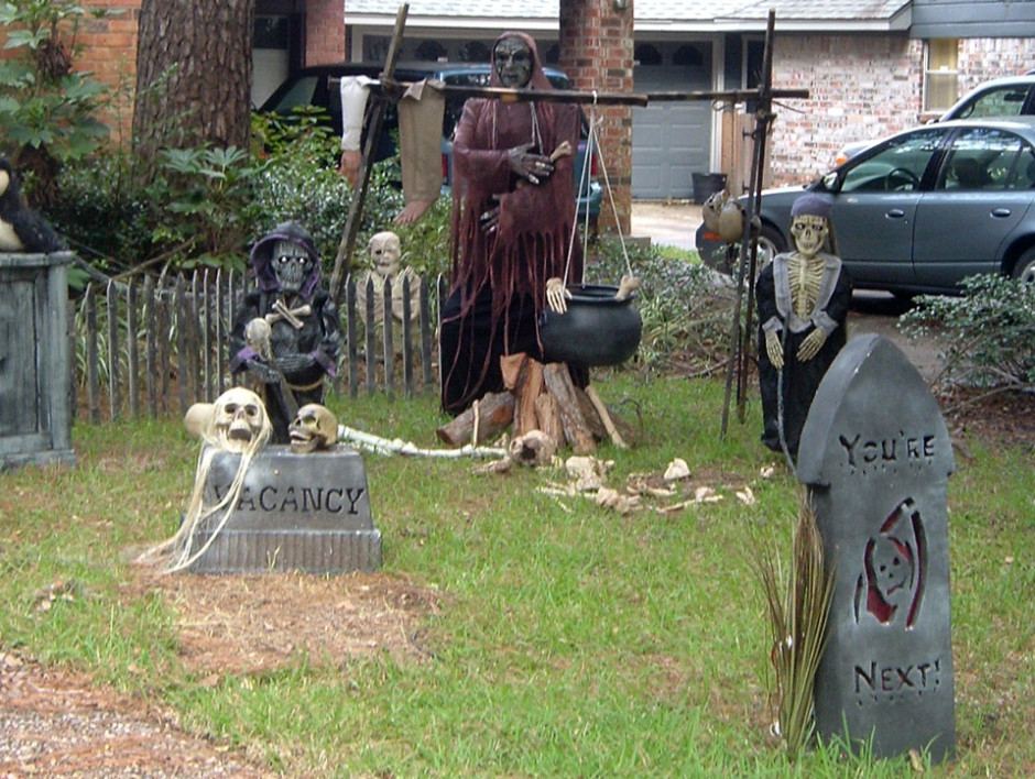 scary halloween decorations outdoor - Halloween House Decorating Ideas Outside