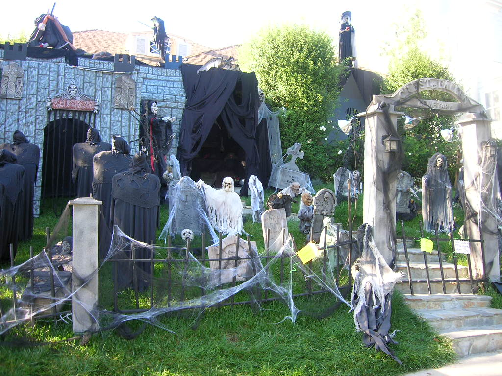 graveyard scary outdoor halloween decorations - How To Decorate For Halloween Outside
