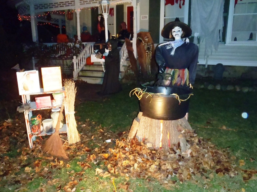 scary skeleton halloween outdoor decor - Halloween House Decorating Ideas Outside