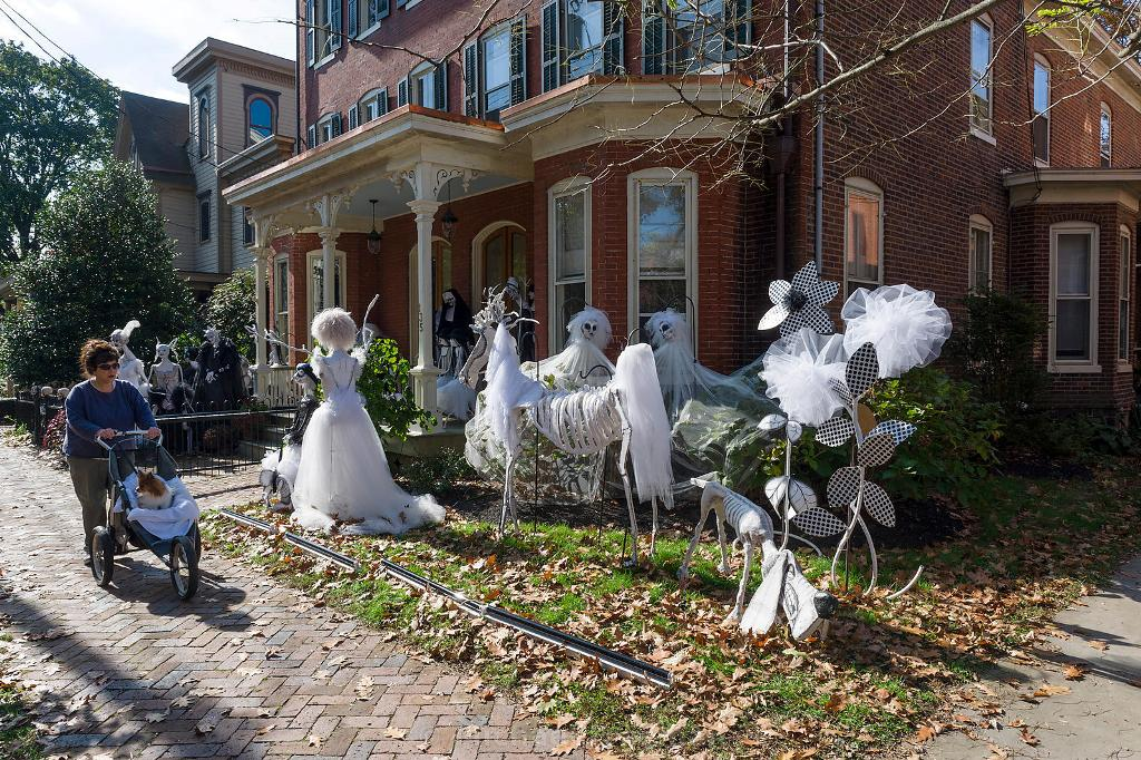 exterior outside halloween terrible big white ghost decor ideas - Spooky Halloween Decor