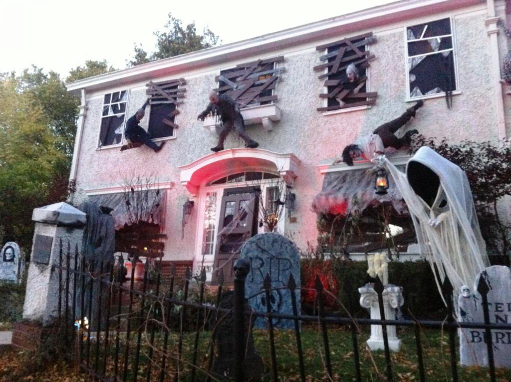 scary halloween house decorations - Halloween Decorated House