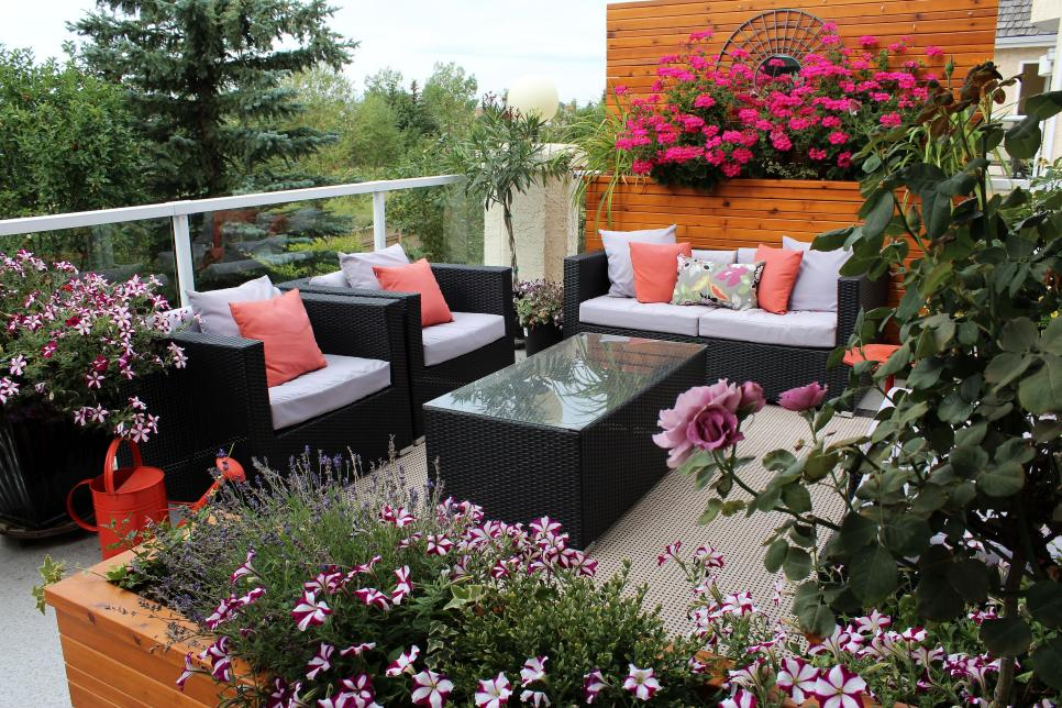 Decorate your terrace with flower boxes2