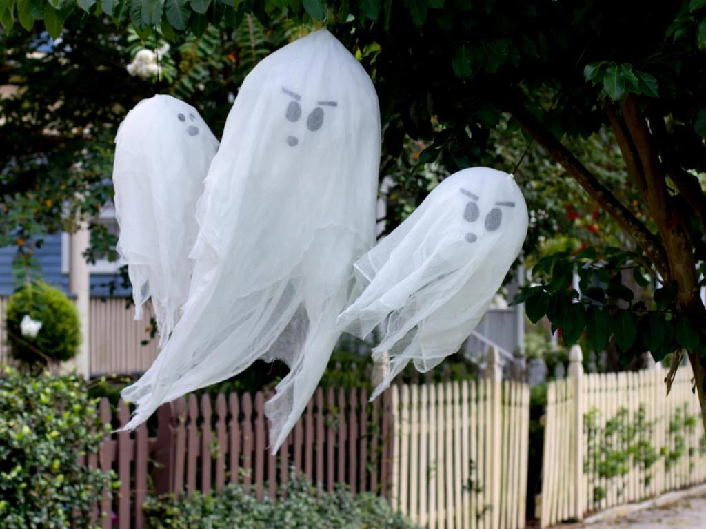 Halloween ghosts on tree