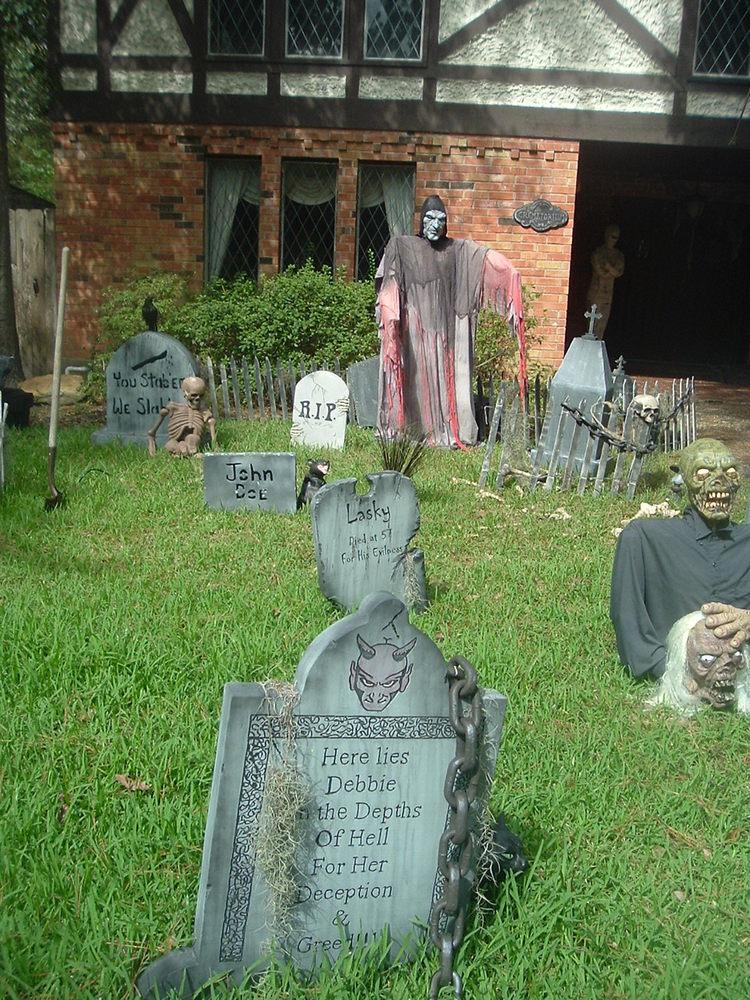 haunted yard halloween decor